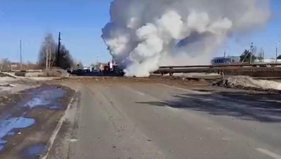 Теплотрассу прорвало в Балахне 30 марта  - фото 1