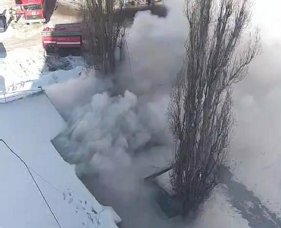 Пристрой к кафе загорелся на площади Комсомольской в Нижнем Новгороде - фото 1