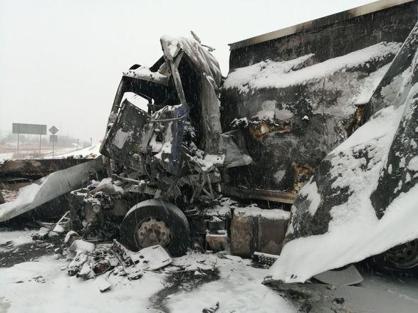 Столкнулись и загорелись: в Кстовском районе произошла авария с тремя фурами и одним погибшим - фото 3