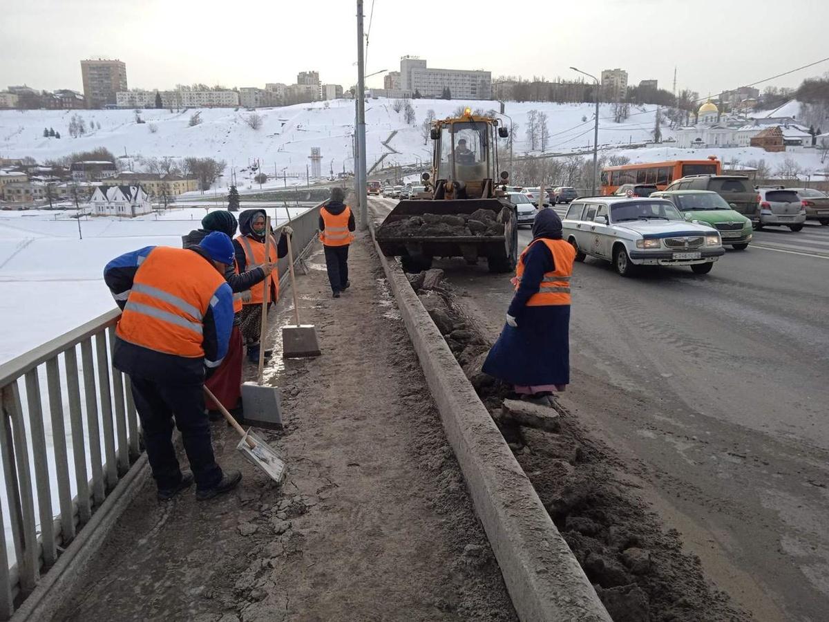 Канавинский мост чистят от снежной «каши» и наледи 17 марта - фото 1