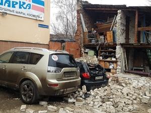 Две иномарки завалило кирпичной стеной в Канавинском районе
