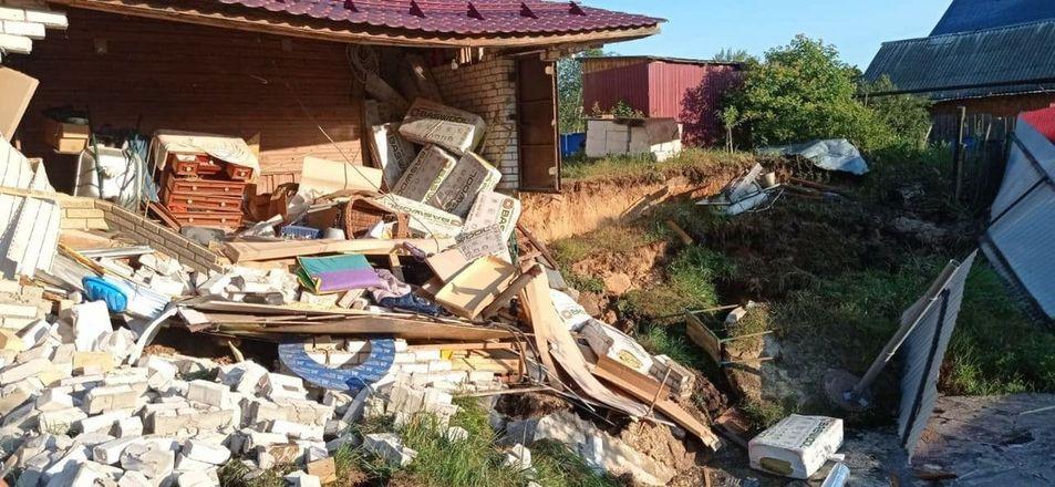 Гараж частично съехал в провал грунта в Балахне - фото 2