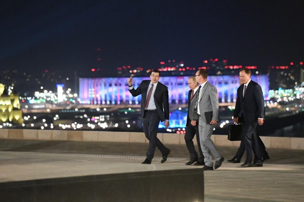 Владимир Путин в сумерках прогулялся по нижегородскому кремлю  - фото 2
