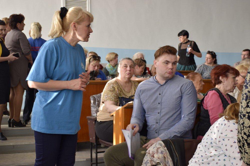 Столбы без фонарей и падающие потолки: жители Ленинского района рассказали мэру о своих невзгодах - фото 2