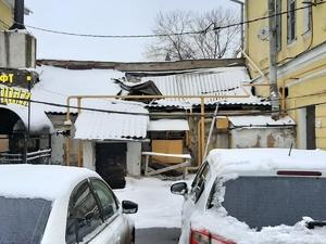 Полуразрушенная крыша угрожает горожанам и туристам на Рождественской в Нижнем Новгороде