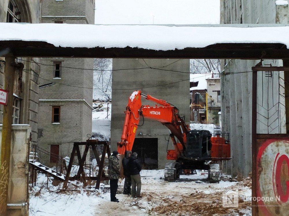 Технику для демонтажа элеватора завозят под метромост в Нижнем Новгороде - фото 1