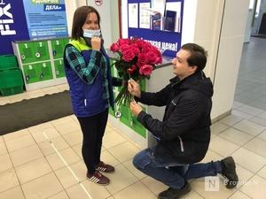 Нижегородец сделал предложение работнице магазина на глазах у покупателей