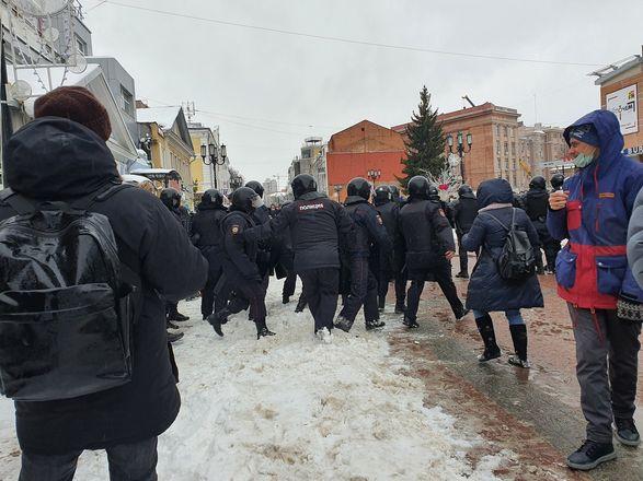 ОМОН перекрыл территорию на Большой Покровской из-за митинга - фото 7