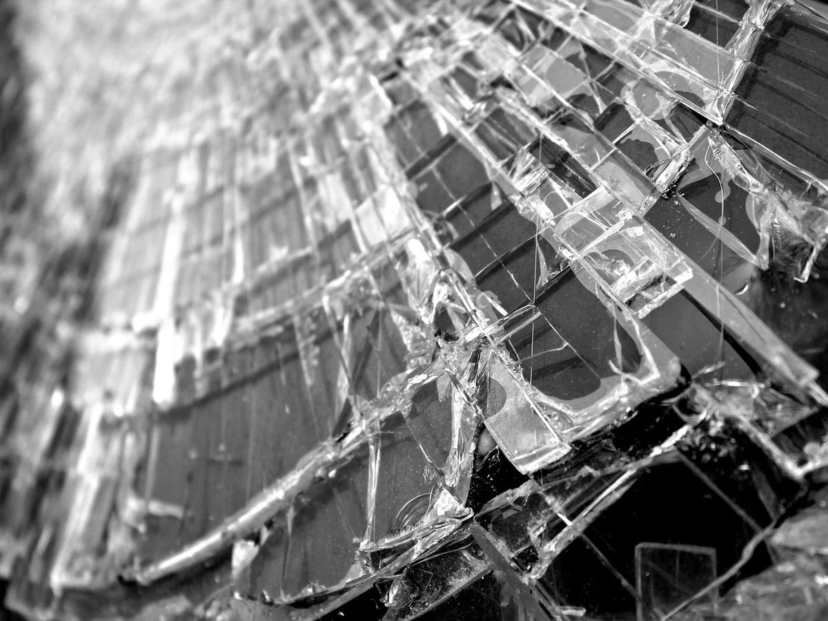 Пьяный водитель ВАЗа влетел в столб под мостом в Арзамасе - фото 1
