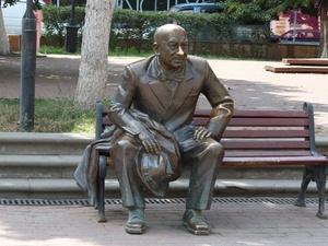 Скверу на Театральной площади присвоили имя Евгения Евстигнеева