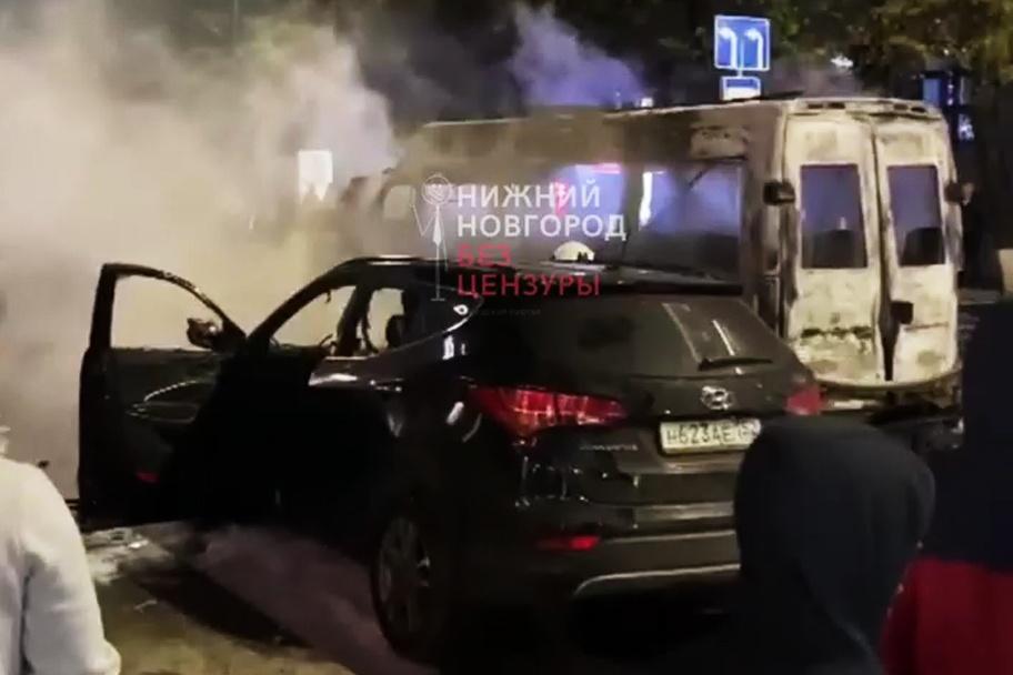 Микроавтобус и внедорожник сгорели на площади Горького - фото 2