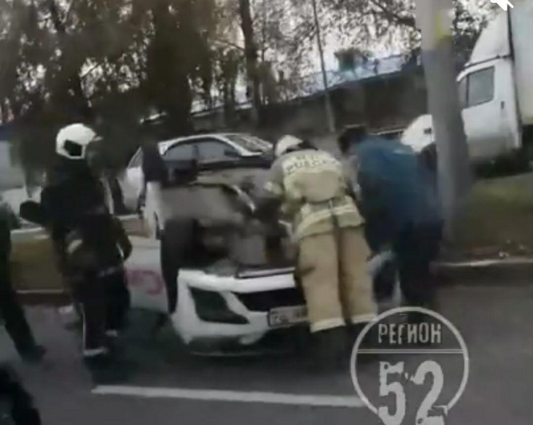 Соцсети: такси перевернулось на крышу на улице Ларина  - фото 1
