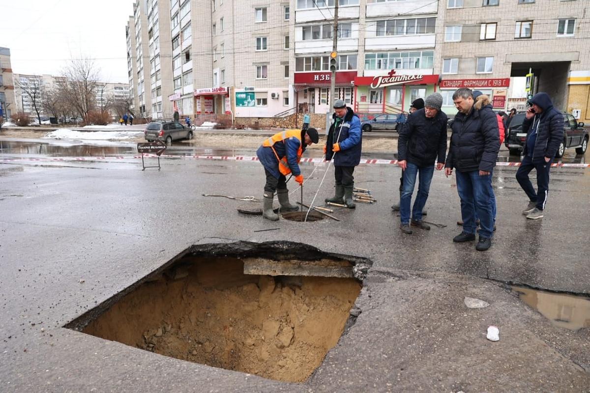 Провал коллектора произошел на улице Петрищева в Дзержинске - фото 1